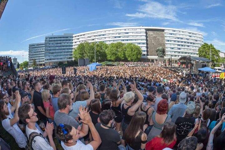 Am 11. Juni 2017 spielten Kraftklub ein kostenloses Open Air Konzert in Chemnitz, mitten auf der Brückenstraße vor dem Karl-Marx-Monument.