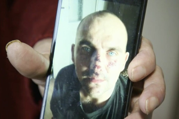 Karin zeigt ein Foto ihres Sohnes auf dem Handy. So soll er ausgesehen haben, nachdem er sich mit einem Obdachlosen geprügelt hatte.