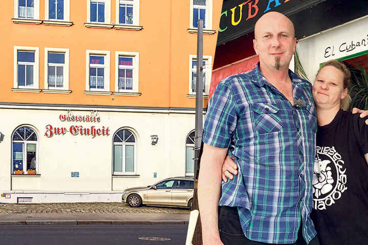 "Jörg Rokitta mit seiner Lebensgefährtin Kathrin vor seiner Bar ""El Cubanito"" am Ballermann auf Mallorca."