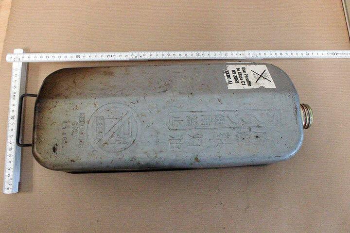 Ein Petroleumbehälter wurde an der Hütte gefunden.