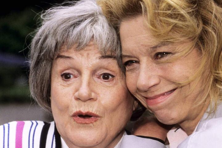 """Komödiantisch zeigte sich Gisela May in der ARD-Erfolgsserie """"Adelheid und ihre Mörder"""" als Evelyn Hamanns (re.) """"Muddi""""."""