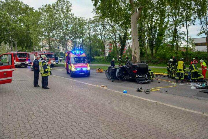 Rettungskräfte mussten die Fahrerin aus dem Wrack befreien.