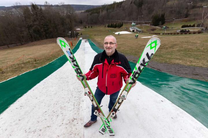 Skipistenbetreiber Jörg Hammer (54) hofft, dass seine Besucher auf die Textilpiste abfahren.