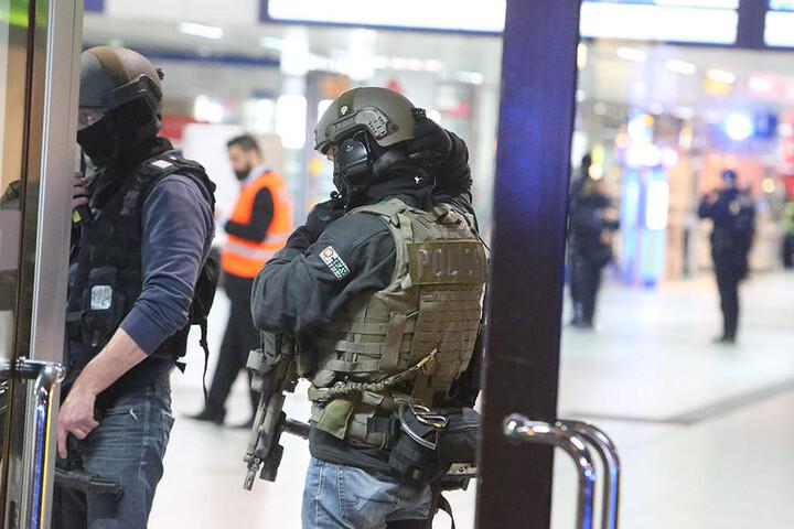 Einsatzkräfte am Düsseldorfer Hauptbahnhof.