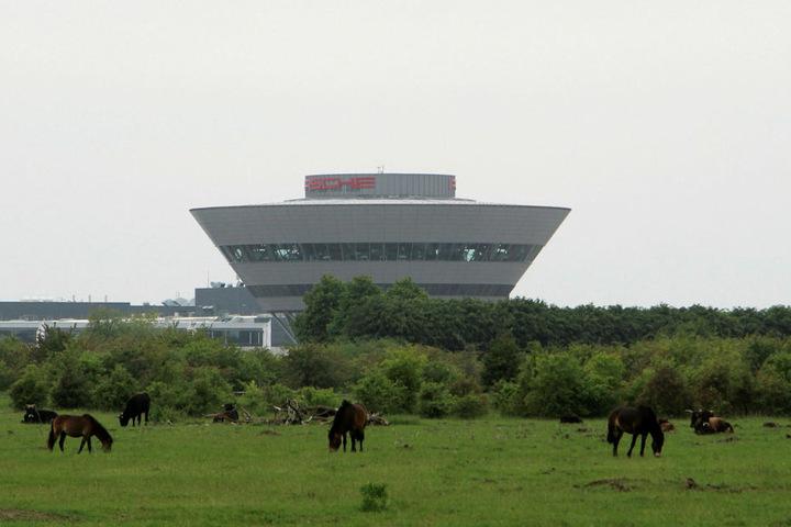 """Vor dem Leipziger """"Porsche-Ufo"""" (Kundenzentrum des Werks) grasen friedlich Exmoor-Ponys. Auch Auerochsen leben hier."""