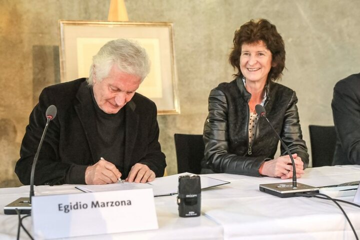 Egidio Marzona und Kunstministerin Eva-Maria Stange bei der Übergabe in Dresden.