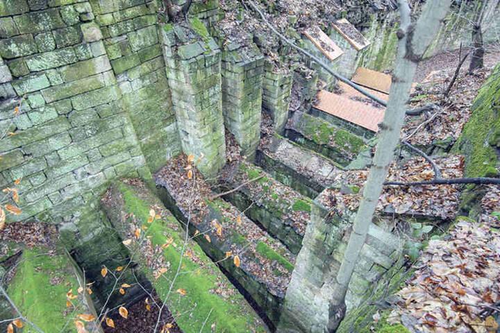 Der Blick von oben zeigt die verfallenen Mauerbögen und die sanierten, von  roten Klinkern bedeckten.