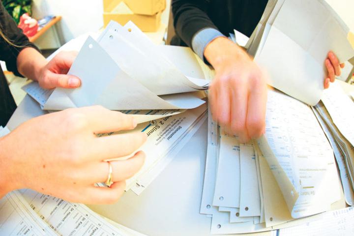 Beim Sortieren und Auszählen helfen alle Wahlhelfer mit.