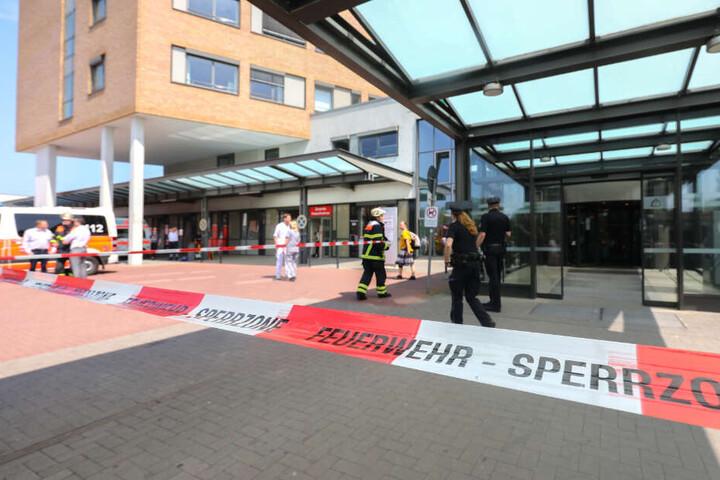 Vor der Klinik flattert das Absperrband der Feuerwehr.