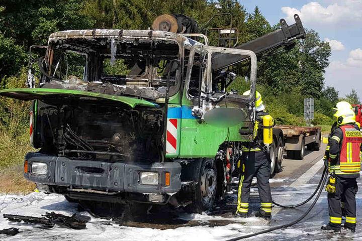 Das Fahrerhaus brannte komplett aus. Zum Glück saß der Fahrer selbst nicht mehr im Fahrzeug.