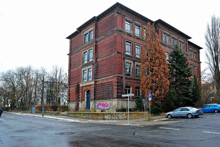 Die Dürer-Grundschule soll 2023 wieder in Betrieb gehen. Der Turnhallen-Neubau sorgt für Ärger.