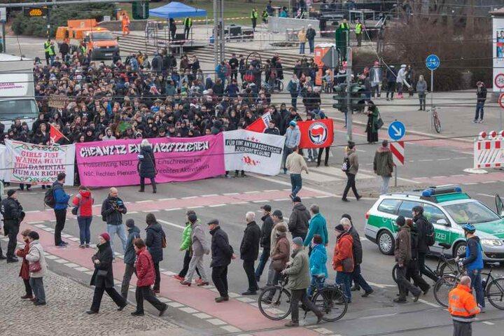 Am Abend traf eine Demo der Linksautonomen (hi.) auf einen der Chemnitzer  Friedenswege.