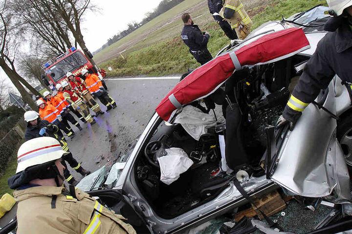 Die Einsatzkräfte mussten schwere Geräte aufbieten, um den Mann zu retten.