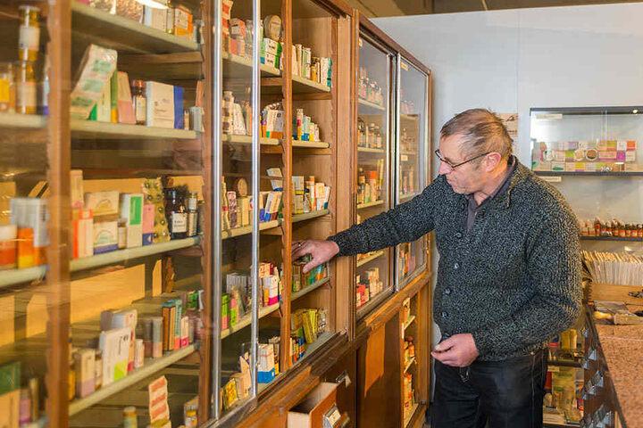 Eckardt Guthmann (62) sortiert alte DDR-Medikamente in die ausgestellte Apotheke.