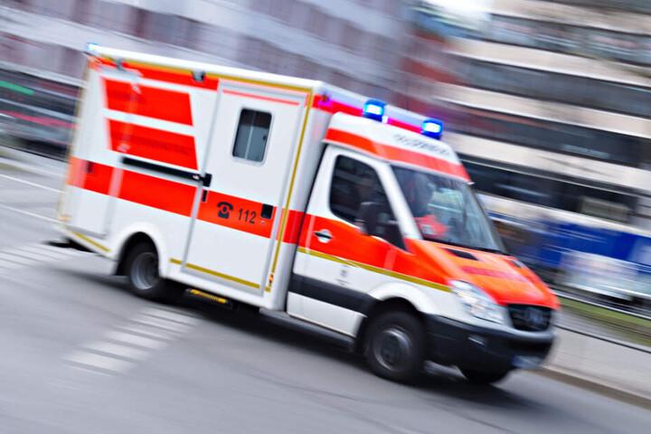 Der Rettungswagen bracht den Mann in ein Krankenhaus. (Symbolbild)