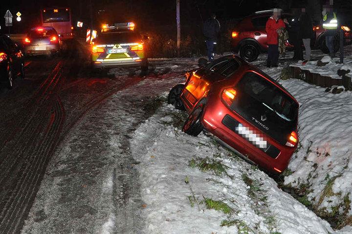Der Renault Twingo rutschte in einen Graben.