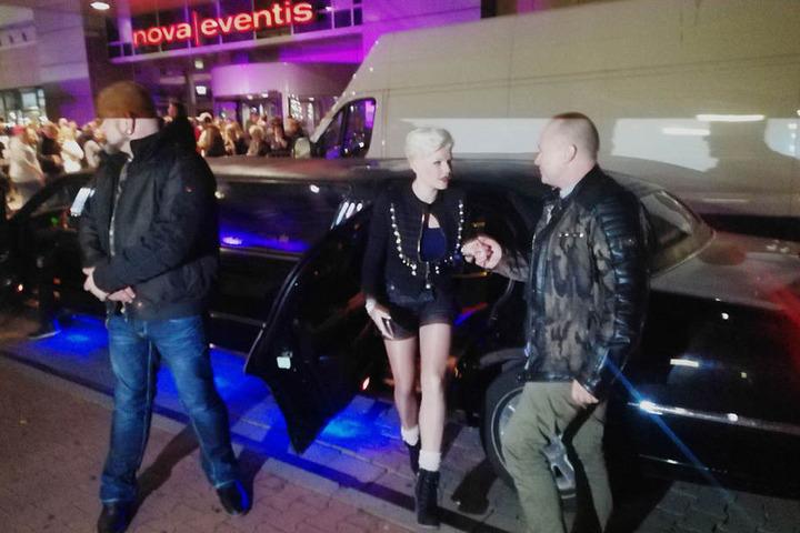 Ehemann Mike Blümer (52) hilft Gattin Melanie Müller aus der schwarzen Limousine.