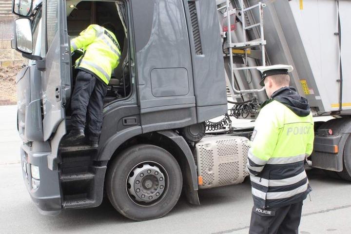 Die Polizisten kontrollierten und überwachten den Güterverkehr.