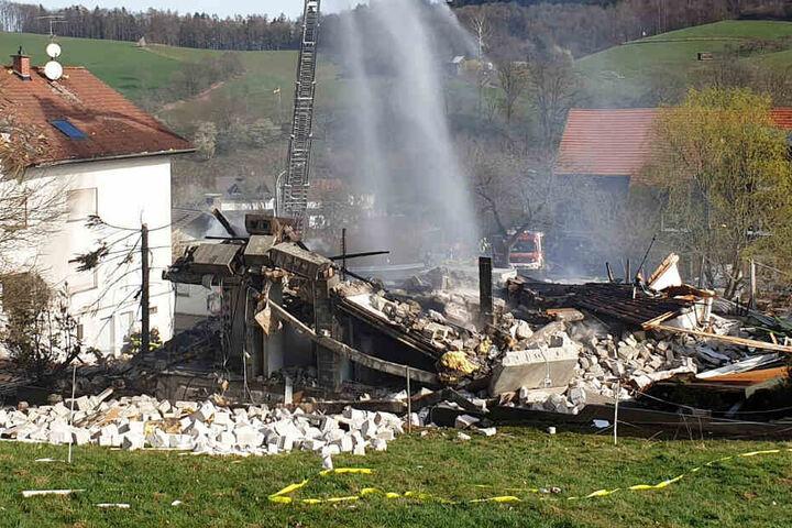 Auch umliegende Häuser sollen beschädigt worden sein.