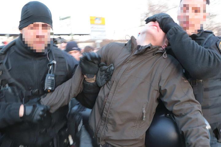 Die Polizei hat einen Gegendemonstranten aus der Versammlung gezogen.