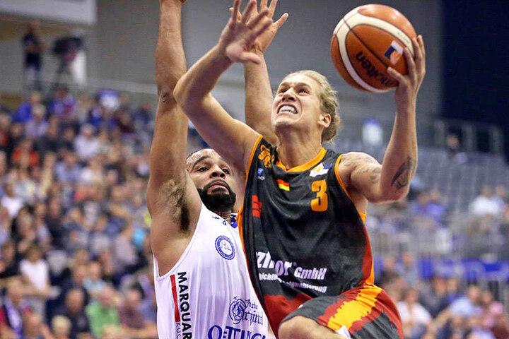 Malte Ziegenhagen im Zweikampf im Spiel gegen die Rockets Gotha.