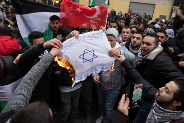Bei Demonstrationen waren Anfang Dezember in Berlin mehrmals israelische Fahnen verbrannt und antisemitische Parolen gerufen worden.