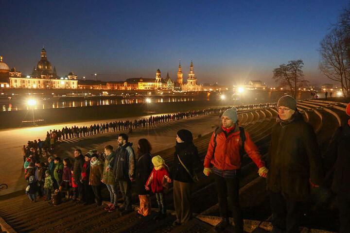 Die Menschenkette am Elbufer.