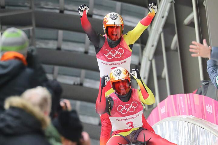 Freude über Gold bei Olympia. Tobias Wendl und Tobias Arlt holten sich den Sieg im Doppelsitzer-Wettbewerb der Herren.