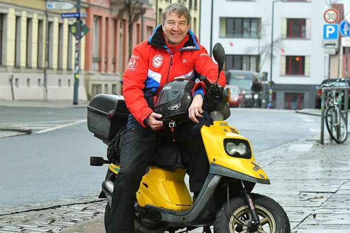 """Ron Ringguth - wenn er in Dresden unterwegs ist, dann auf seiner 20 Jahre alten Yamaha. """"Den Helm habe ich noch von der WOK-WM."""""""