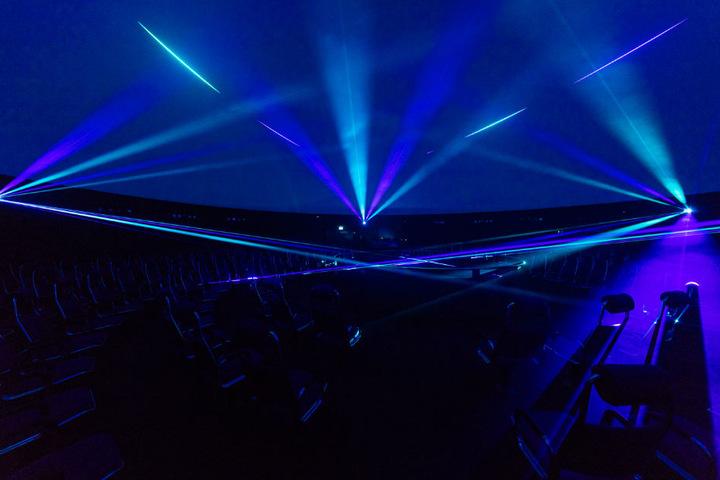 Jede Menge Laserlicht gibt es im Planetarium.