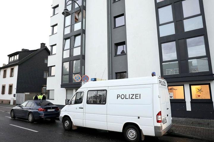 Ein Polizeifahrzeug steht vor einer Flüchtlingsunterkunft in Köln.