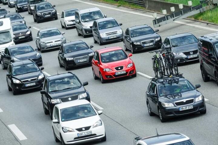 Der Verkehr staute sich auf der Autobahn kilometerlang. (Symbolbild)