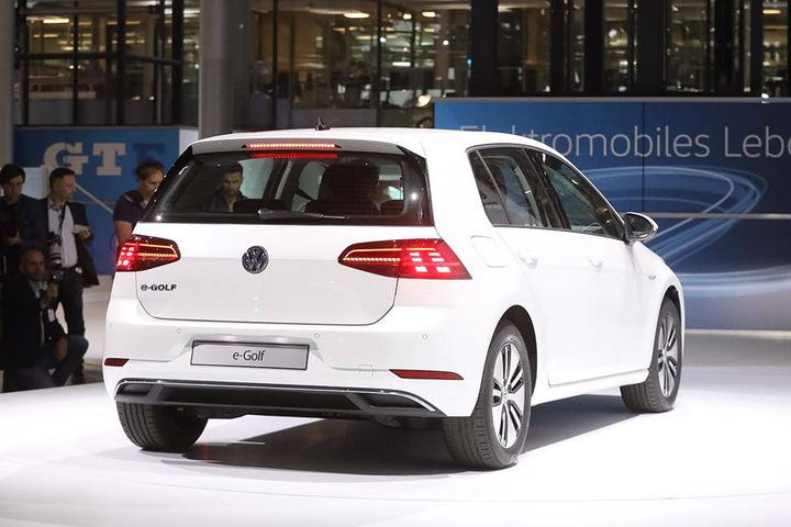 """Das überarbeitete Modell """"VW e-Golf"""" bei der Präsentation in Dresden."""