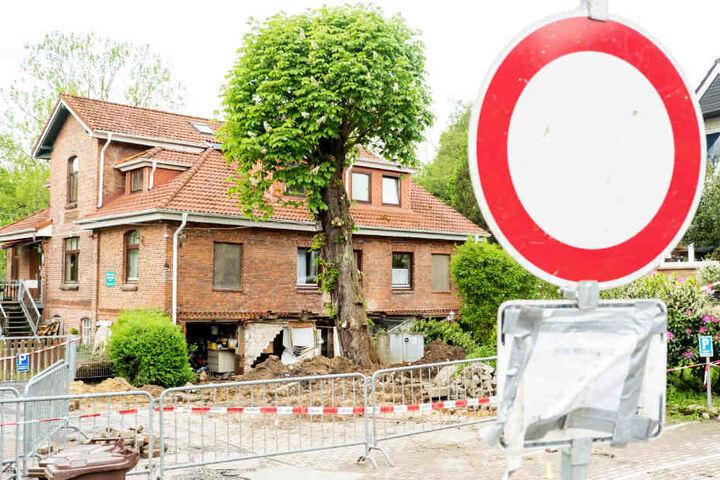 Die Wand eines Hauses in Oststeinbeck ist nach der Überflutung zerstört.