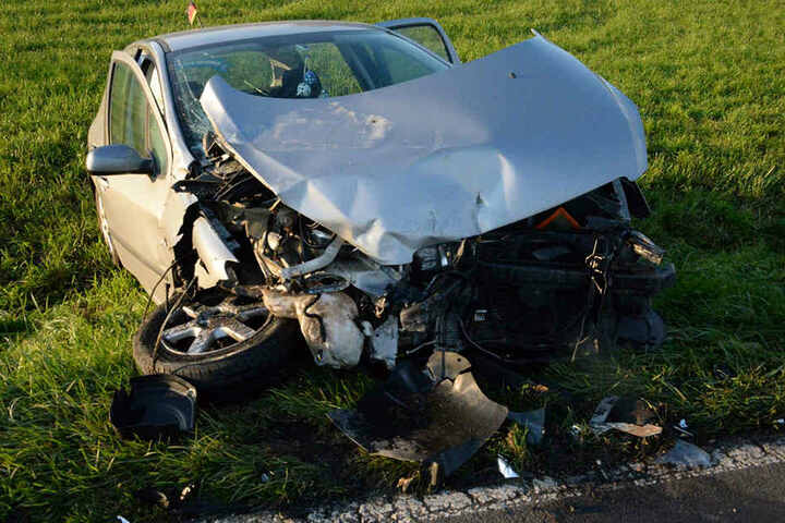 Auch der Peugeot 307 musste nach dem Unfall abgeschleppt werden.