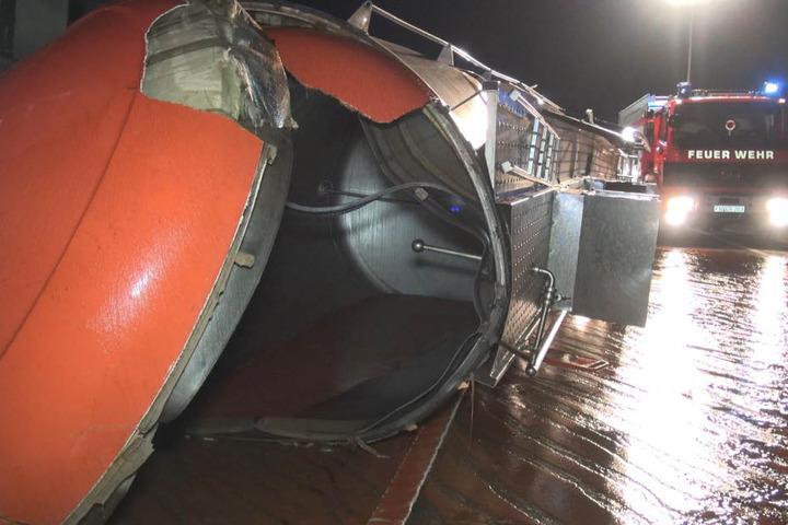 Der offene Tankanhänger. Hieraus liefen 23 Tonnen Tomatensoße auf die Fahrbahn.
