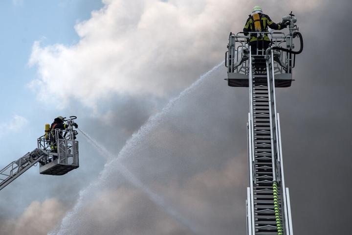 Die angerückte Feuerwehr löschte den Hausbrand. (Symbolbild)