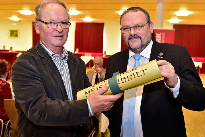 Handwerkskammer-Präsident Frank Wagner übergab Helmut Züfle am Dienstag den Goldenen Meisterbrief.