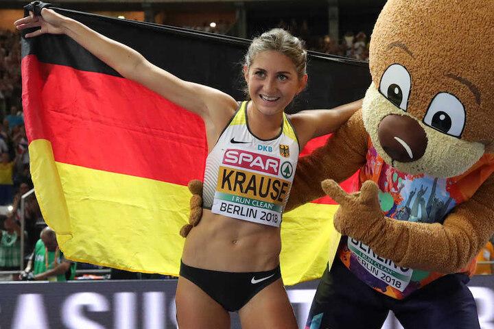 Gesa Felicitas Krause (26) feiert ihren Gold-Lauf im Berliner Olympiastadion mit Maskottchen.