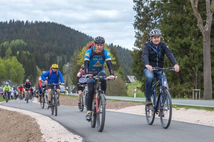 Umweltminister Thomas Schmidt (55, CDU) war einer der ersten Fahrer auf Radweg.