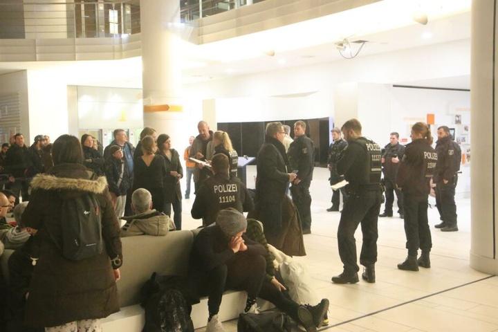 Gäste aus dem Hotel warten in der Lobby eines nahegelegenen Unternehmens.