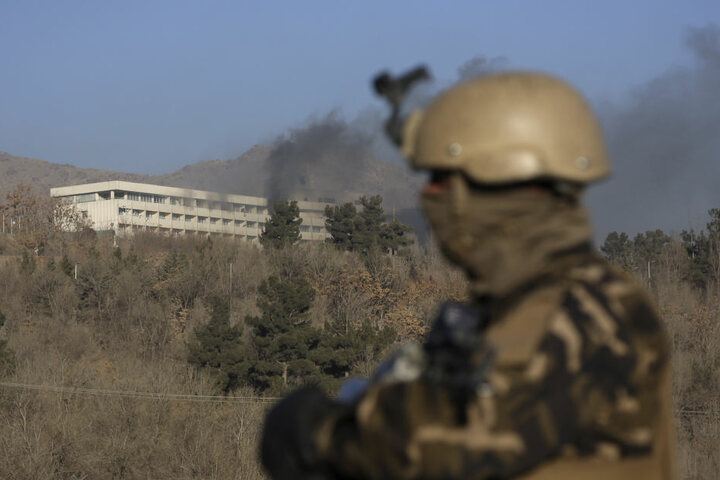 Ein Soldat steht vor dem Hotel. Mehrere Menschen wurden dort getötet.