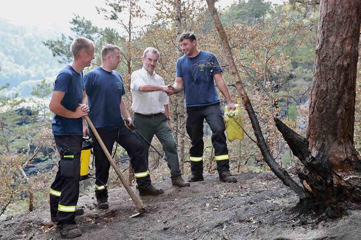 Eine Woche nach dem Brand bedankte sich der Nationalpark-Chef Dietrich Butter (64) bei den Feuerwehrmännern für ihren Einsatz.