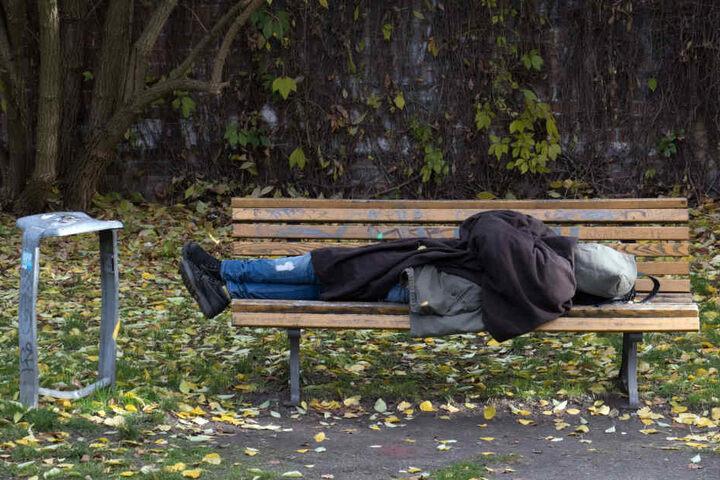 Eine Parkbank als Bett - die Zahl der Obdachlosen in Chemnitz steigt. (Symbolbild)