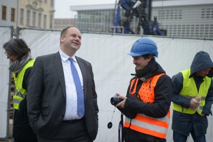OB Dirk Hilbert (links) und Künstler Manaf Halbouni beobachten den Aufbau.