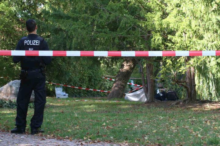 Polizisten sichern den Tatort.
