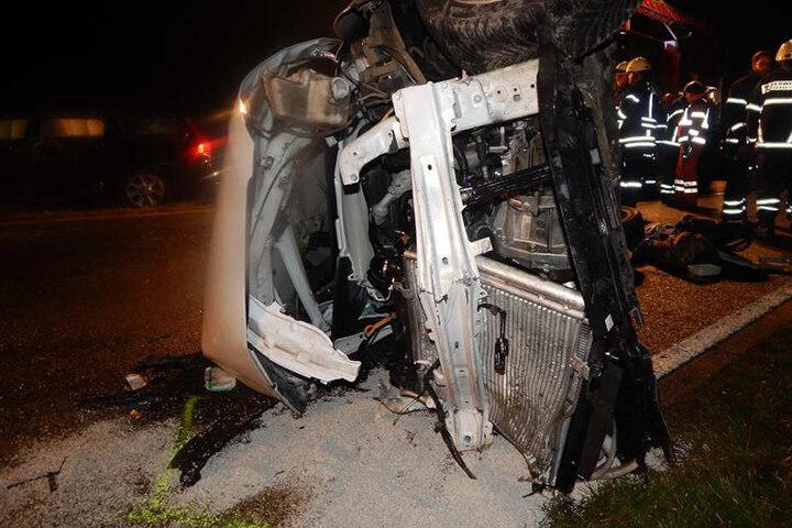 Eines der Fahrzeuge blieb auf der Seite liegen.