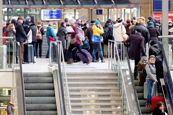 Hunderte Reisende saßen am Wochenende oft stundenlang auf dem Leipziger Hauptbahnhof fest.