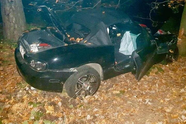 Von dem Aufprall wurde der Mazda in den Wald geschleudert.