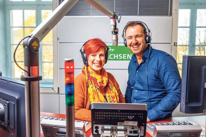 """Schmeißen wieder gemeinsam die Sachsen aus den Betten: Die """"MDR Sachsen""""-Modertoren Elene Pelzer (34) und Silvio Zschage (38)."""